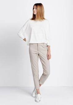 Outfit Relaxed Structures van someday Fashion: wit shirt, beige pantalon