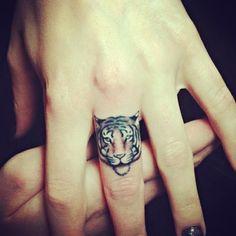 """hand tattoos, tiger tattoo, minimal tattoos, small tattoos, animal tattoos """"I'm so bored! Finger Tattoo Designs, Finger Tattoo For Women, Lion Tattoo Design, Hand Tattoos For Women, Tattoo Designs For Women, Tattoo Finger, Mini Tattoos, Basic Tattoos, Little Tattoos"""