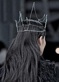 Simone Rocha, F/W Beautiful simple wire crown Wire Crown, Metal Crown, Cosplay, Halloween Kostüm, Tiaras And Crowns, Headgear, Headdress, How To Make, How To Wear