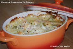 Un petit délice dans cette cassolette !!!! Ingrédients : 4 pavés de saumon, 45 cl de crème liquide, 4 càs de moutarde à l'ancienne, 2 carottes, 2 courgettes , 1 oignon, 1 cube de volaille, 30 g de beurre, 30 g de farine, sel et poivre Eplucher et laver...