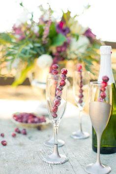 Et pour décorer vos coupes de champagne, empilez des fruits rouges sur des touilleuses et faîtes les congeler.
