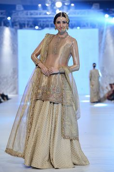 Ali Xeeshan Is there ever a dull moment with Ali Xeeshan? He rocked the ramp with his new bridal collection titled 'Khamoshi'. Nikkah Dress, Shadi Dresses, Indian Dresses, Mehndi Dress, Prom Dresses, Pakistani Wedding Dresses, Pakistani Outfits, Indian Outfits, Trajes Anarkali