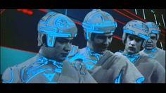 Década 1981-1990 Tron es una película estadounidense de 1982, del género ciencia ficción escrita y dirigida por Steven Lisberger. Protagonizada por Jeff Bridges, Bruce Boxleitner, Cindy Morgan, Dan Shor y David Warner. Fue una de las primeras películas producidas por los grandes estudios de cine en usar la técnica de computación gráfica de manera importante.