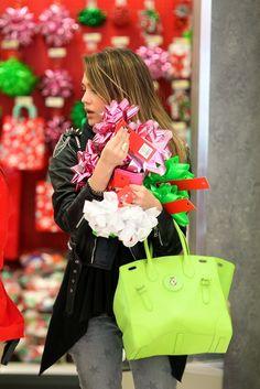 Jessica Alba avec son Soft Ricky lors d'une séance shopping en décembre