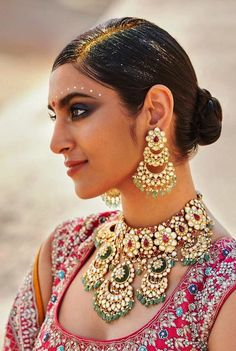 Most Dazzling Chand baali Earring Designs you Can't Miss Saving! Bridal Jewelry Sets, Bridal Necklace, Bridal Jewellery, Jewellery Earrings, Gold Jewelry, Jewelery, Chand Bali Earrings Gold, Indian Wedding Jewelry, Indian Jewelry