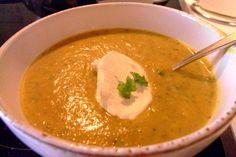 """Gemüsesuppe  - Abendessen - 1 kleine Zwiebel, 1 Zucchini, 1 Bund frische Petersilie, 6 Karotten, 1 Kohlrabi, 1/2 Knollensellerie, 200g Frischkäse, 400ml Gemüsebrühe oder """"Fette Brühe"""", 1 EL Sülze"""