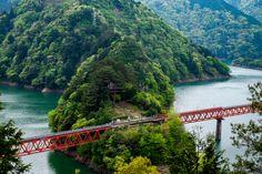 秘境駅は日本全国にあります。山の奥深い場所であったり、人里離れた野原であったり、湖の上に浮かぶ駅であったり、様々な場所に秘境駅が点在しています。
