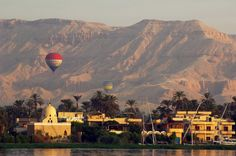 Hot air balloon over the western bank - Luxor © Rieger/Betrand/hemis ...