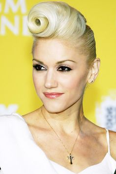 Gwen Stefani, 13 Most Outrageous Celebrity Updos Summer Hairstyles, Up Hairstyles, Bangs Hairstyle, Gwen Stefani Hair, Pelo Vintage, Twisted Updo, Pin Up, Before Wedding, Up Girl