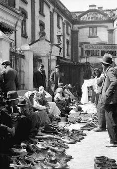 Sărmani vânzând pantofi la Taica Lazăr, un bazar al săracilor lângă Piaţa Sfânta Vineri, în 1932. Source: Willy Pragher Old Pictures, Old Photos, Bucharest Romania, Timeline Photos, Homeland, Black And White Photography, The Past, Memories, Country