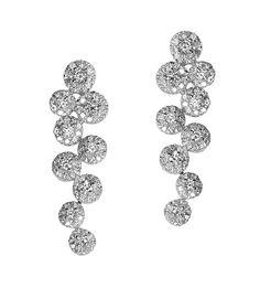 Los pendientes Modelo LANTANA son una increíble creación única y original de la firma Navas Joyeros; una pieza de alta joyería que hará las delicias de cualquier mujer. Están fabricados en Oro de 18 quilates y diamantes seleccionados.
