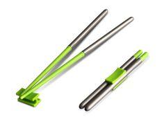 Compact Chopsticks. Compact Chopsticks sono delle bacchette in acciaio inox e plastica trasportabili e facilmente montabili, ideali per mangiare, ad esempio, il sushi dove si vuole. Le clip sono disponibili in tantissime differenti colorazioni e si possono acquistare qui. Via likecool.com