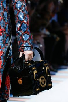 Versace Spring 2019 Ready-to-Wear Fashion Show Details: See detail photos for Versace Spring 2019 Ready-to-Wear collection. Look 29 Versace Handbags, Versace Bag, Fashion Handbags, Fashion Bags, Milan Fashion, Street Fashion, Fashion Show, Gianni Versace, Pretty Hand