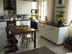 mustavalkoinen,mustavalkoinen sisustus,keittiö,keittiön sisustus,saareke,matto,string-hylly,string pocket,cole&son,cow parsley -tapetti,keittiön pikkutavarat,keittiönkaapit,keittiön tasot,keittiönpöytä,unelmientalojakoti + keittiöidea,keittiöidea,unelmientalojakoti