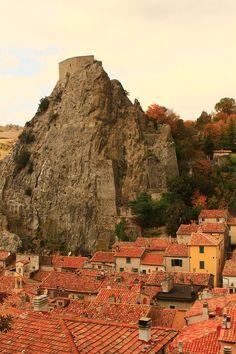 Sasso di Roccalbegna - Rocca aldobrandesca (Roccalbegna) - La Rocca aldobrandesca, chiamato anche Il Sasso costituisce la principale e più imponente fortificazione del centro storico di Roccalbegna. La sua ubicazione è sulla vetta della rupe più elevata che domina l'abitato sottostante.