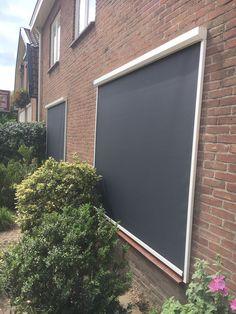 2 screens geplaatst op de begane grond