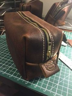 Post with 29894 views. Dopp kit step by step Leather Craft, Leather Bag, Mochila Jeans, Leather Tutorial, Pouch Pattern, Diy For Men, Dopp Kit, Leather Pattern, Leather Projects