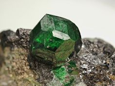 Uvarovite, Sphalerite, Diopside Extraordinary, not re-attached uvarovite from Keretti Mine. Uvarovite measures 17 mm in largest dimension and does have 23 visible crystal faces. Jyrki Autio's Photo Minerals And Gemstones, Crystals Minerals, Rocks And Minerals, Stones And Crystals, Gem Stones, Granada, Mineral Stone, Rocks And Gems, Natural Crystals