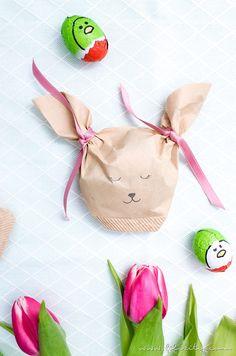 Noch nie war Ostergeschenke verpacken so schön wie mit diesen süßen DIY Hasen-Tütchen aus Kaffeefiltern! Geschenkverpackung schnell & einfach selber machen!  https://www.filizity.com/diy/ostergeschenke-verpacken-hasen-tuete-kaffeefilter
