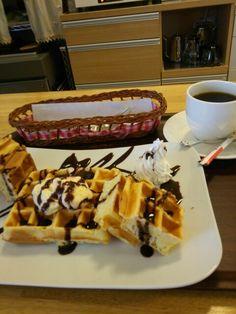 今日は喫茶店で手作りワッフルブルーベリー味とブレンドコーヒーいただいています。