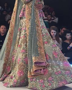 It's all in the details #NomiAnsari #Day3 #PLBW16 #SundaysRoadToPLBW16 #QMobilePLBW16 Pakistani Bridal Couture, Pakistani Wedding Outfits, Indian Bridal Lehenga, Pakistani Dresses, Indian Dresses, Indian Outfits, Wedding Lehanga, Indie, Bridal Lehenga Collection