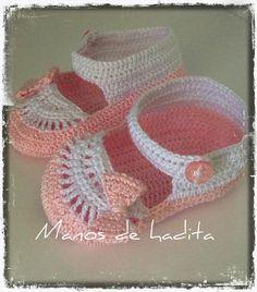 f9894d1d3c7 Manos de hadita  Zapatitos de bebé a crochet en rosa y blanco Zapatos De  Bebé