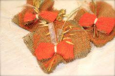 """FRESIA - Composta da strati di iuta e retina. Arricchita da elementi floreali e grano. I confetti si inseriscono nel """"fiocco"""" di rete e iuta."""