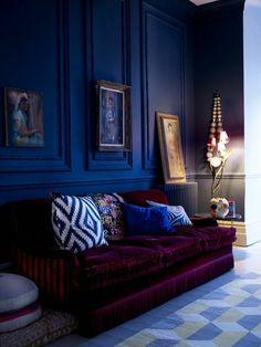 royal blue walls and deep plum sofa give this room drama dark and moody interior design Design Exterior, Home Interior Design, Royal Blue Walls, Royal Blue Couch, Living Room Decor, Bedroom Decor, Decor Room, Living Rooms, Blue Rooms