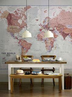 Wereldkaarten zijn niet alleen in het klaslokaal te vinden. Hang een kaart in bijvoorbeeld keuken of eetkamer en je kan tijdens het eten een volgende vakantiebestemming uitzoeken. Ook leuk en educatief voor de kinderkamer. De kaart afgebeeld in de bovenste foto kan in diverse maten besteld worden bij Printed Space.com
