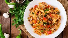 Vegetariánske cestoviny s cuketou a šampiňónmi    Recepty.sk Fusilli, Ramen, Luigi, Ratatouille, Pasta Salad, Risotto, Spaghetti, Healthy Recipes, Healthy Food