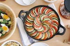 홈브런치 메뉴로 좋은 프랑스 가정식 라따뚜이홈브런치 시간에 따뜻한 음식을 먹고 싶을때, 빵보단 채소를 ... French Table, Korean Food, Ratatouille, Brunch Recipes, Food And Drink, Dishes, Baking, Breakfast, Ethnic Recipes