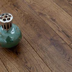 Parquet marron foncé vu chez Déco plus (parquet chêne contrecollé - multiply - authentic brun antic - 150)
