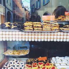In questa vetrina si specchia la Bologna golosa! Come non perdersi davanti alle tante vetrine di panifici e pasticcerie della città? I miei biscotti bolognesi preferiti sono i sultanini, con uvetta e marmellata di albicocche in mezzo . Li conoscete?