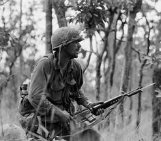 Rick Rescorla during the Battle of Ia Drang Valley, Vietnam. Rescorla survived Vietnam and was killed on at the WTC in NYC, having led hundreds of people to safety, when he continued his search for survivors when the Towers collapsed. Vietnam History, Vietnam War Photos, Vietnam Vets, Us Marines, Rick Rescorla, Battle Of Ia Drang, Fort Benning, American Soldiers, American Veterans