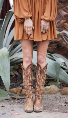 Boho cowboy boats outfit ideas for 2019 Cowboy Boot Outfits, Dresses With Cowboy Boots, Cowboy Boots Women, Cowgirl Boots Dress, Outfits With Boots, Western Wear, Western Boots, Autumn Winter Fashion, Fall Winter Outfits