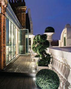 Tom Cruise'sformer pied-à-terre is now the most expensive penthouse in London–peek inside! Tom Cruise, Outdoor Spaces, Outdoor Living, Elle Decor Magazine, Celebrity Houses, Pent House, Balconies, The Great Outdoors, Exterior Design