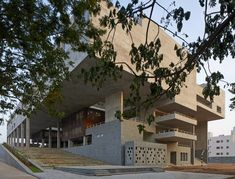 Completed in 2018 in Vijayawada, India. Images by Edmund Sumner. The School of Planning and Architecture, Vijayawada, attempts to make the campus an institutional centre in the city of Vijayawada. The institutional. School Architecture, Amazing Architecture, Architecture Details, Floating Canopy, Fly Ash Bricks, Thermal Comfort, Small Courtyards, Student House, Dynamic Design