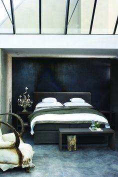 Bed Nobel, nachtkastje Allegro, hoofdbord Timeless van Nilson Beds via Galli Interiors verkrijgbaar