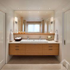 Praktikus és elegáns ez a kétszemélyes mosdó variáció, a faltól falig érő bútor, polc és tükör teljesen kitöltik a rendelkezésre álló teret
