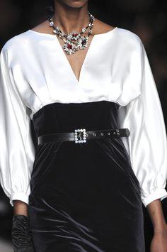 Womens Fashion - Mariella Burani at Milan Fashion Week Fall 2009 - Details Runway Photos Black And White Outfit, Black White Fashion, Fashion Details, Look Fashion, Womens Fashion, Fashion Design, Classy Fashion, Dress Fashion, Fashion Outfits