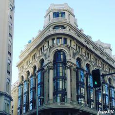 Se encuentra cierto parecido con el Palacio Comercial Palazuelo de Mayor 4, obra del mismo arquitecto, fachada con miradores de cristal separado por pilastras, arcos de medio punto y dos torreones …