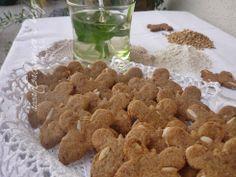 Biscotti con farina d'orzo, uvetta e pinoli