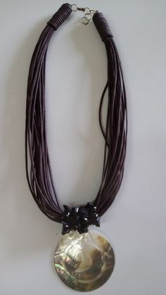 Colar em fio de algodão encerado na cor marrom e pingente em madrepérola.
