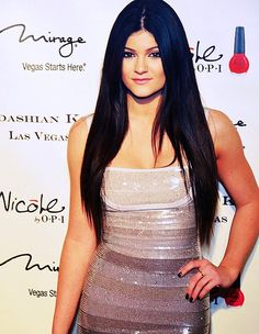 kylie jenner. I know its just the filter but this Black Ombre hair !!