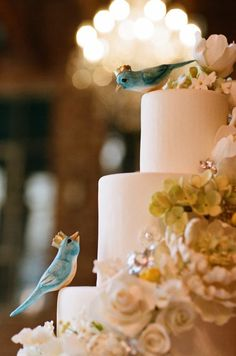 sweet little blue birdies on this wedding cake