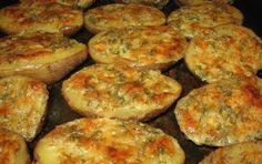 Máte chuť na skvelú večeru srýchlou prípravou? Vyskúšajte tieto fantastické zemiaky svôňou cesnaku alahodnou chuťou smotany, syru abyliniek. Potrebujeme: 7 ks väčších zemiakov 125 g masla 5 lyžíc strúhaného syra (ideálne parmezánu) 2 lyžice kyslej smotany 3 strúčiky cesnaku 3 lyžice najemno …