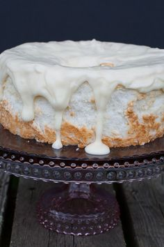 Angel Food Cake recipe that is so easy and is topped with a delicious vanilla glaze. Creamy tasting, this classic cake recipe is perfect for any dessert occasion. Angel Food Cake Toppings, Angel Food Cake Desserts, Angle Food Cake Recipes, Frosting Recipes, Yummy Recipes, Angel Food Cupcakes, Dessert Recipes, Candy Recipes, Desert Recipes