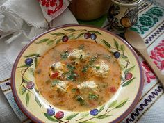 Ingrediente: Perisoare:un piept de puio cepaun morcovo lg orezun oupatrunjel verdesare Zeama:o ceapaun morcovun ardei gras rosuo buc pastarnaco buc telinao mana de fasole verde100 gr mazare verde2-3 rosii2 lg orez1 ou3 lg smantana groasapatrunjelmararleustean500 ml bors de putinasare Mod de preparare:Pieptul de pui se toaca impreuna cu ceapa se adauga morcovul ras fin ,patrunjelul Romanian Food, Supe, Cheeseburger Chowder, Soup Recipes, Delicious Desserts, Spicy, Food And Drink, Dishes, Cooking