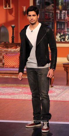 Parineeti Chopra and Sidharth Malhotra visited the sets of 'Comedy Nights with Kapil' to promote their upcoming film. Indian Celebrities, Bollywood Celebrities, Comedy Nights With Kapil, Bollywood Stars, Bollywood Fashion, Look Man, Star Pictures, Hindi Movies, Dream Team