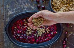 Crumble de cerejas, framboesas e quinoa preta